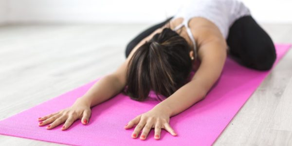 Frau auf Yogamatte