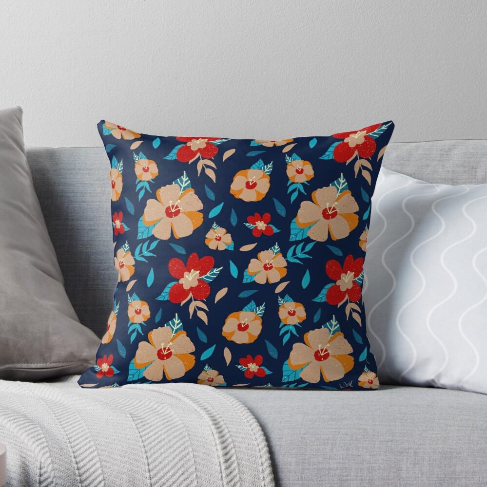 Kissen mit Blumenmuster auf einem Sofa